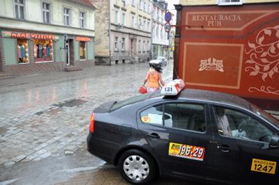 Żona wysiada z Taxi Serc widok na ul Średzką